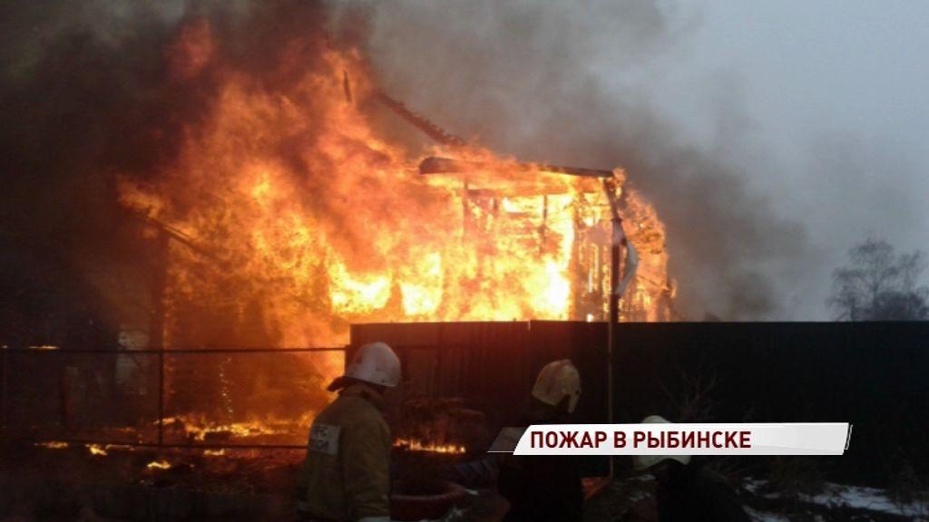 Сильный пожар в Рыбинске: полыхал дом на Большой Вольской