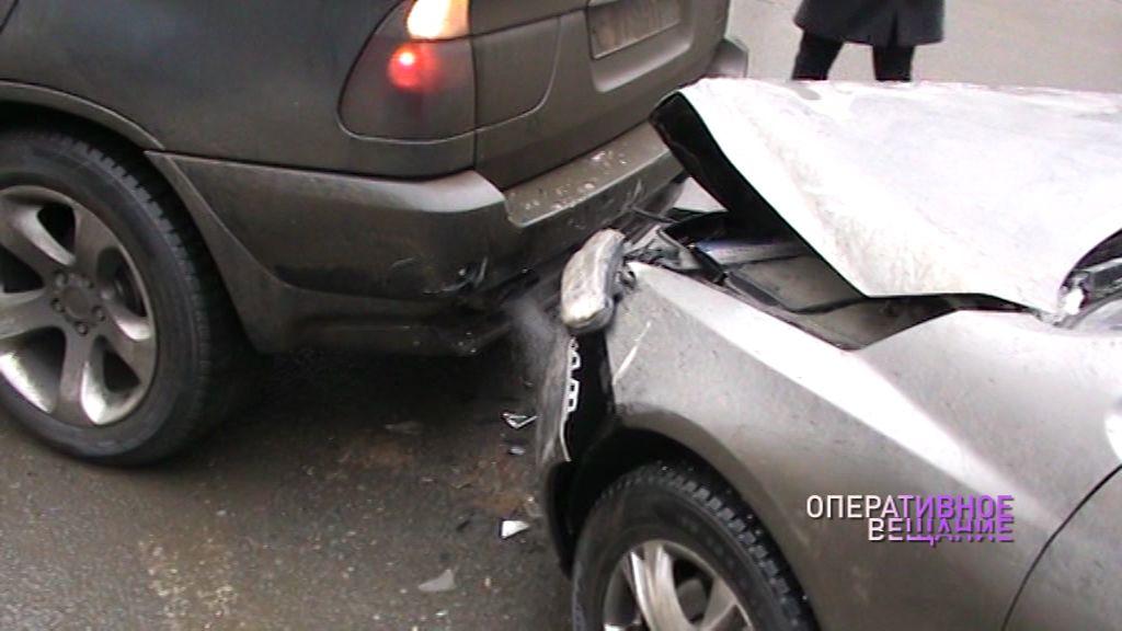 Утреннее ДТП в Ярославле: две иномарки не поделили дорогу