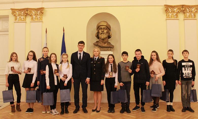 В День Конституции юные ярославцы получили свои первые паспорта