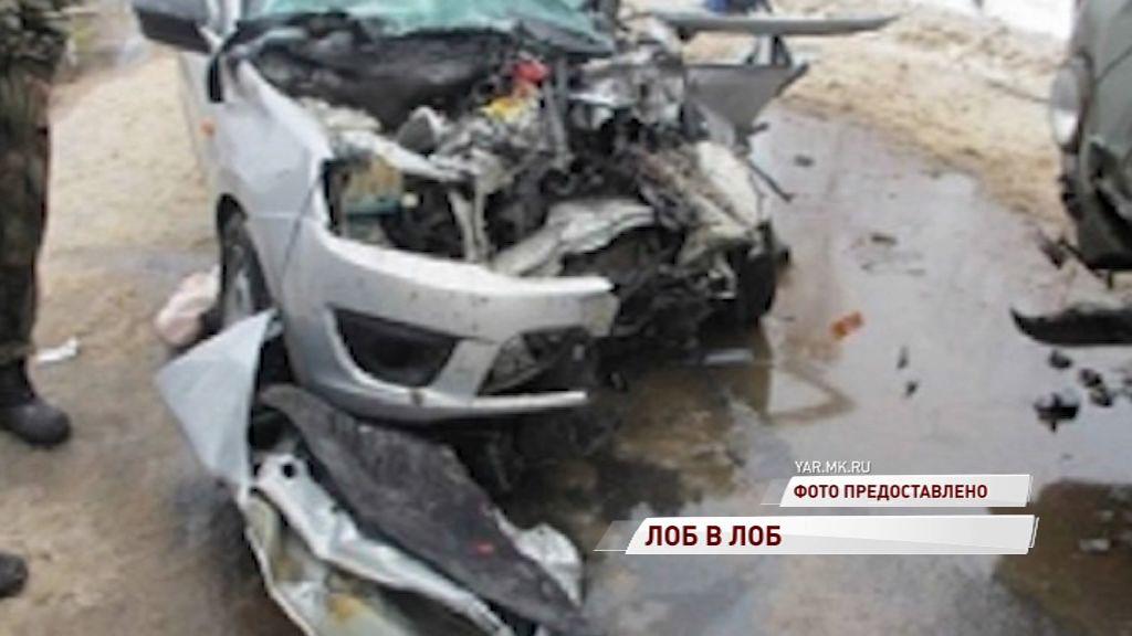 В Любиме столкнулись УАЗ и «Гранта»: три человека в больнице
