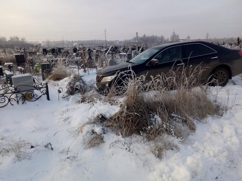 Заезд по могилам: неизвестные на иномарке прокатились по Осташинскому кладбищу