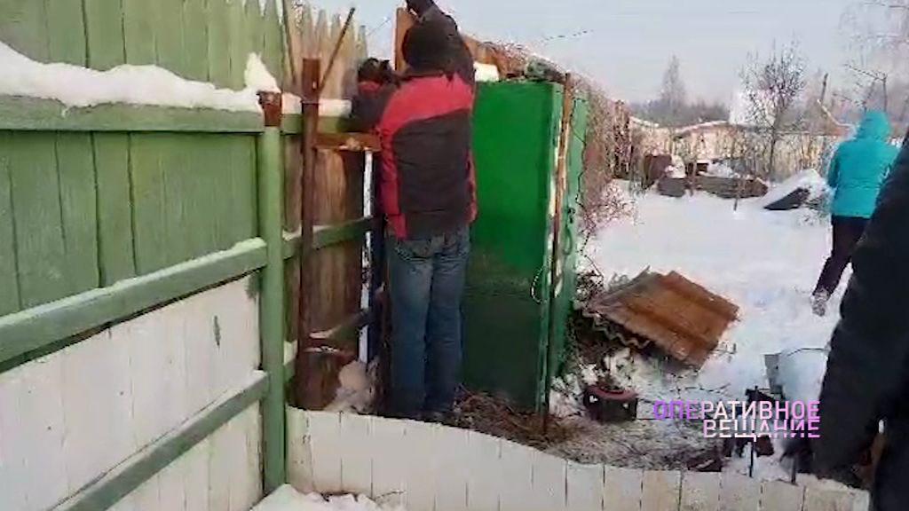 Десять судебных решений и несколько драк: соседи устроили тяжбу из-за 30 сантиметров земли