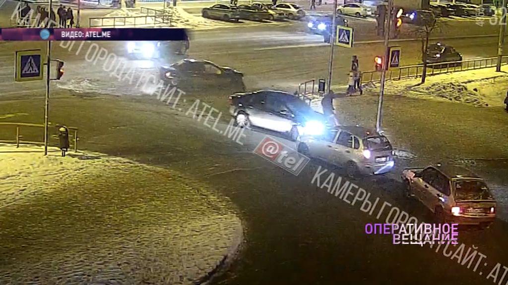 В Рыбинске столкнулись две иномарки: машина вылетела прямо на переход с людьми