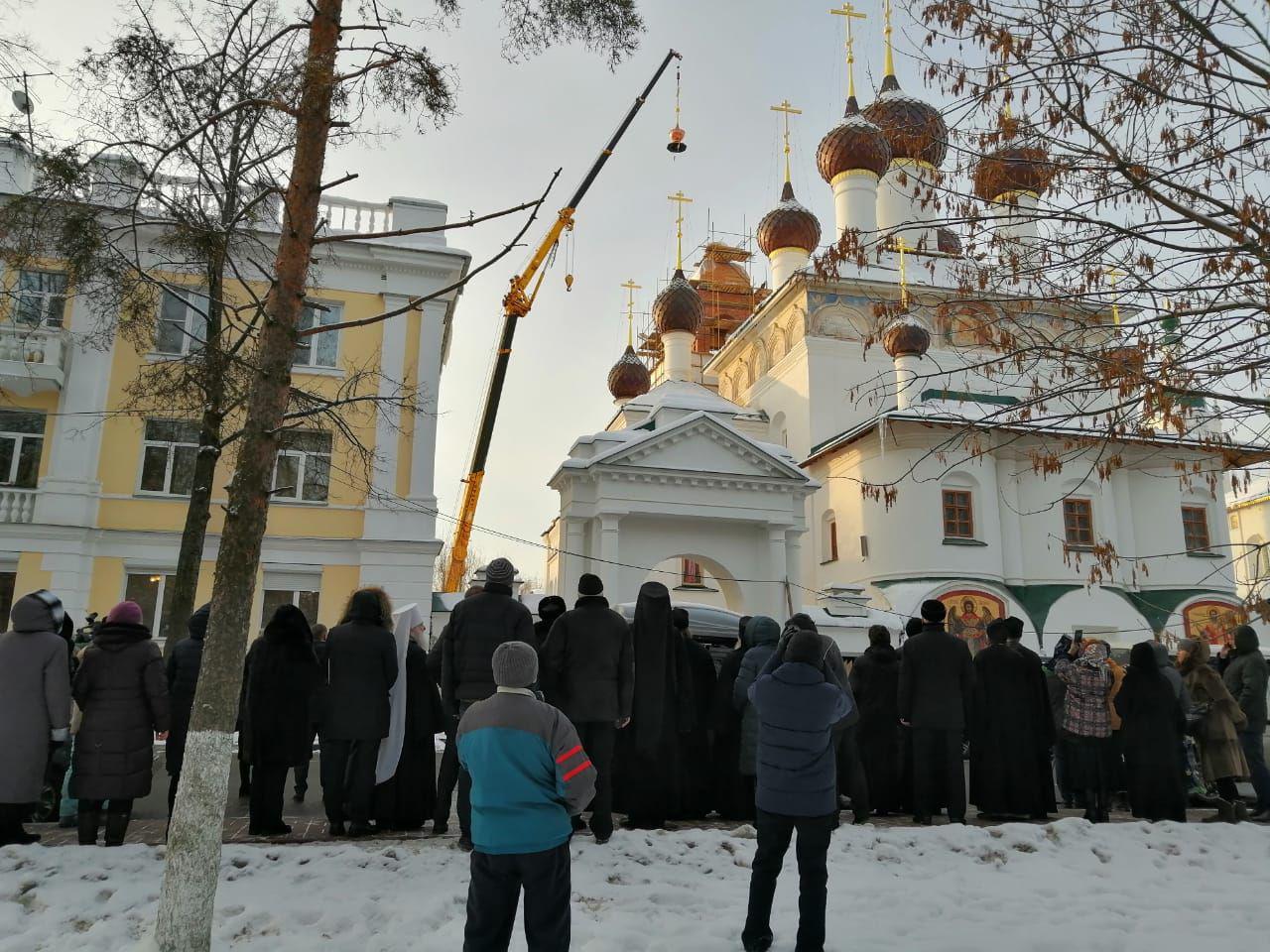 ВИДЕО: На колокольню Кирилло-Афанасьевского монастыря подняли купол с крестом