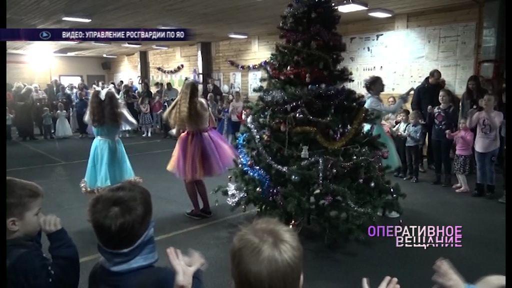 Бойцы ОМОНа устроили новогоднюю елку для детей