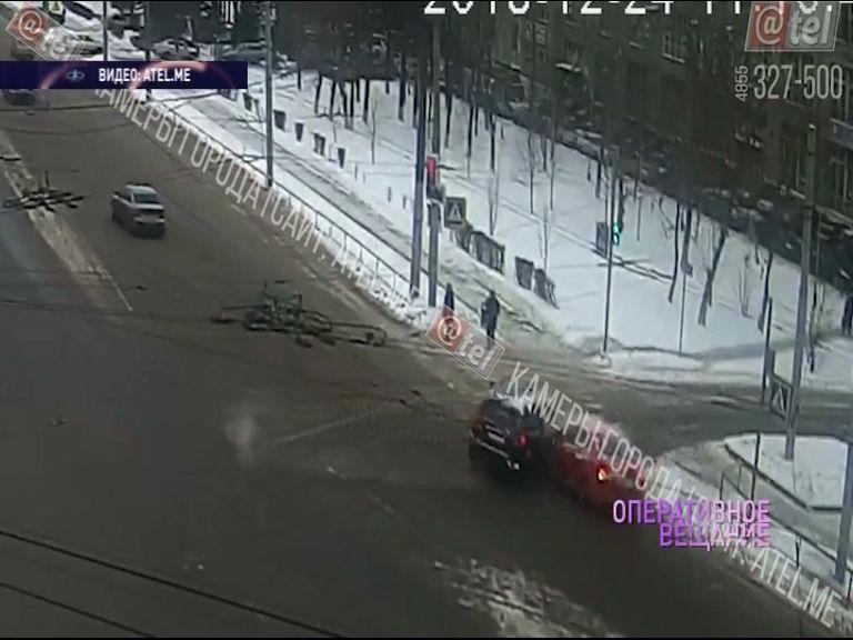 ВИДЕО: В Рыбинске дорогу не поделили внедорожник и легковушка