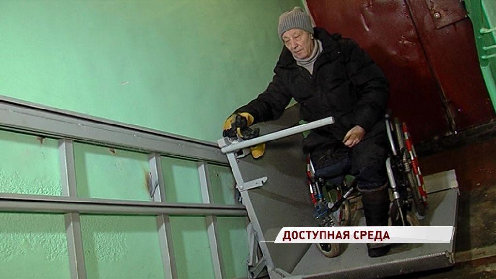 В домах Ярославля начали устанавливать электрические подъемники для инвалидов