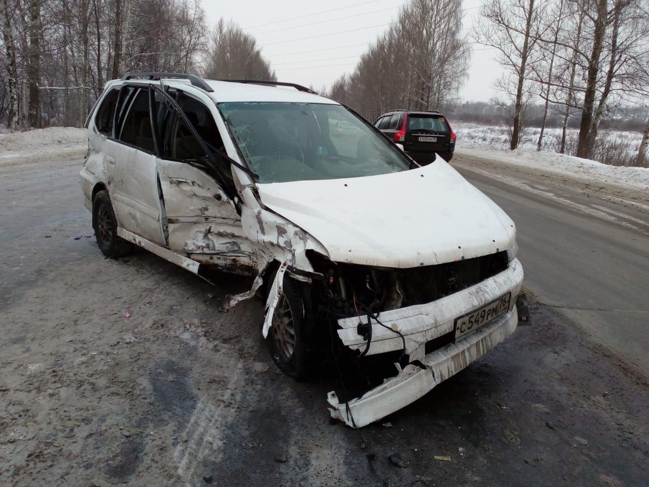 На выезде из Ярославля столкнулись три легковушки и бензовоз