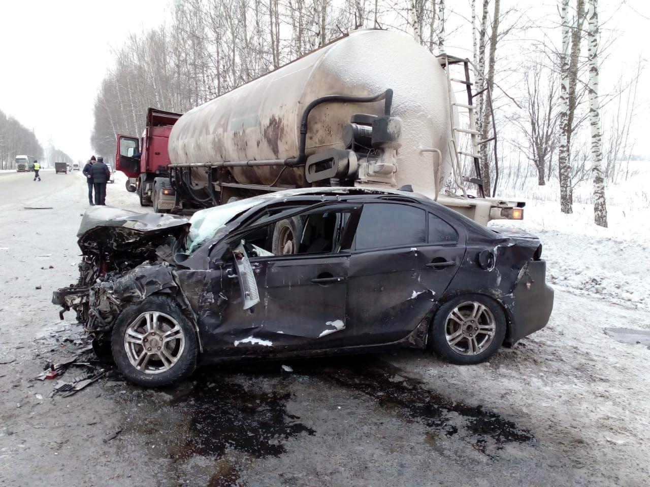 Огромная яма и лед на дороге: подробности ДТП с четырьмя машинами на Ленинградском