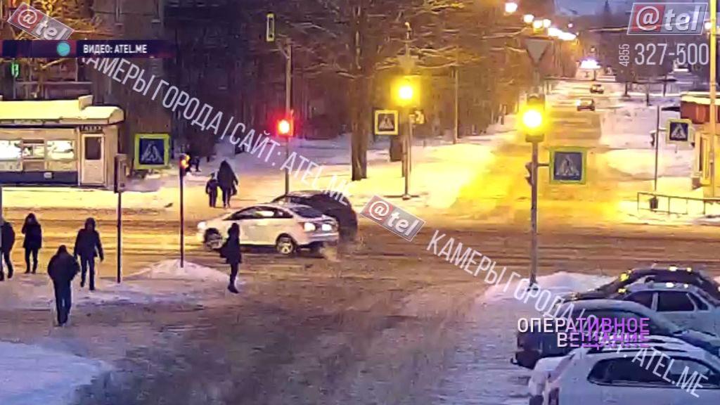 На перекрестке в Рыбинске не разъехались две иномарки