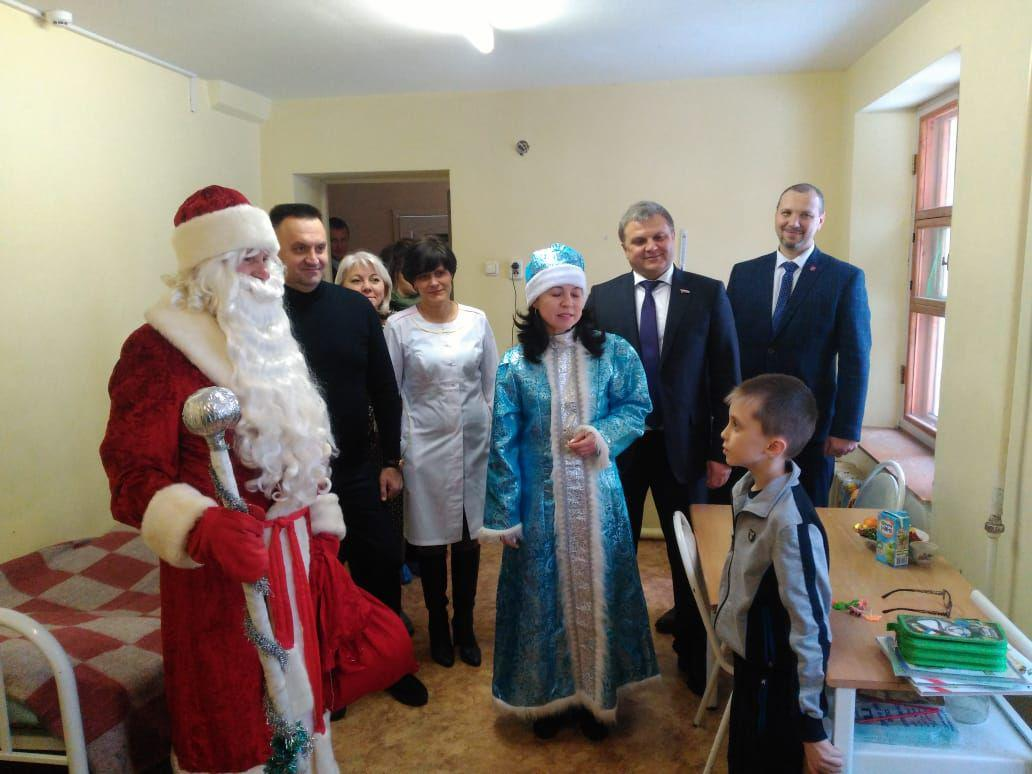 Председатель облдумы поздравил с Новым годом маленьких пациентов Ростовской ЦРБ