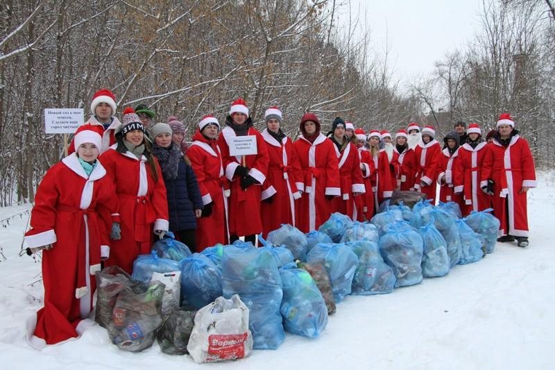 В Рыбинске Деды Морозы вышли на уборку города