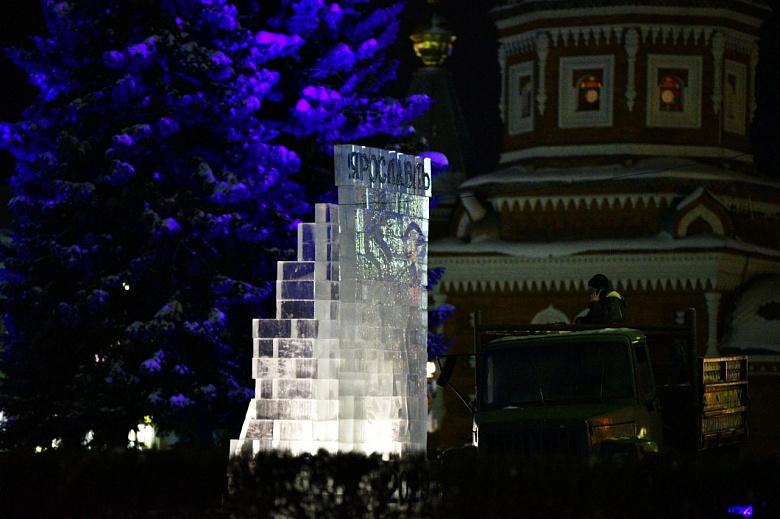 В центре Ярославля появился ледяной барельеф с гербом города
