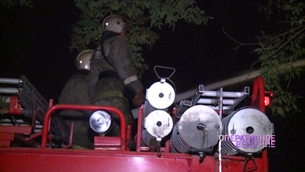Рыбинские пожарные тушили кресло и моторный отсек автомобиля