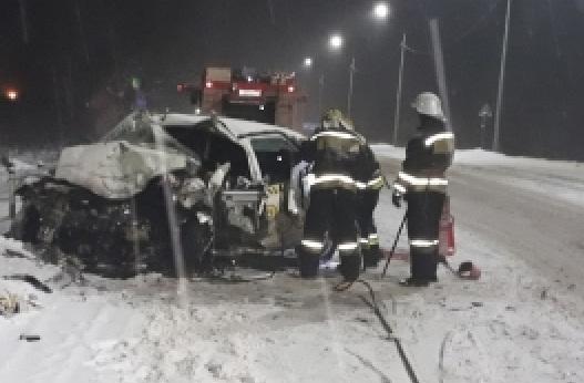 Машина в хлам: на трассе Ярославль-Тутаев погиб водитель такси, трое детей в больнице