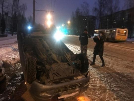 В Рыбинске перевернулась иномарка