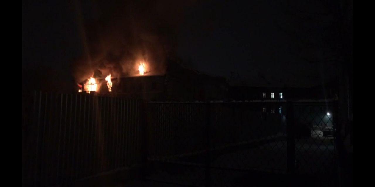 ВИДЕО: В центре Ярославля ночью горел дом