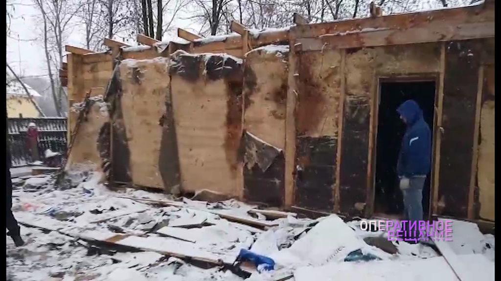 Цыганской семье пришлось полностью разобрать дом, построенный на чужой земле