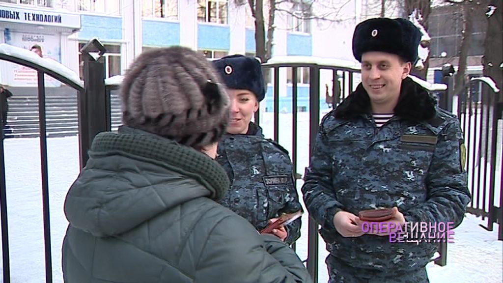 Сотрудники Росгвардии вручили ярославцам листовки с правилами безопасности