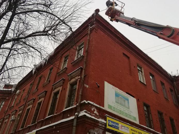 В Ярославле усилили работу по очистке крыш ото льда: куда звонить, если над головой сосульки