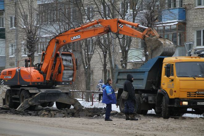 На улице 9 мая в Рыбинске прорвало трубу: новую дорогу пришлось перекапывать