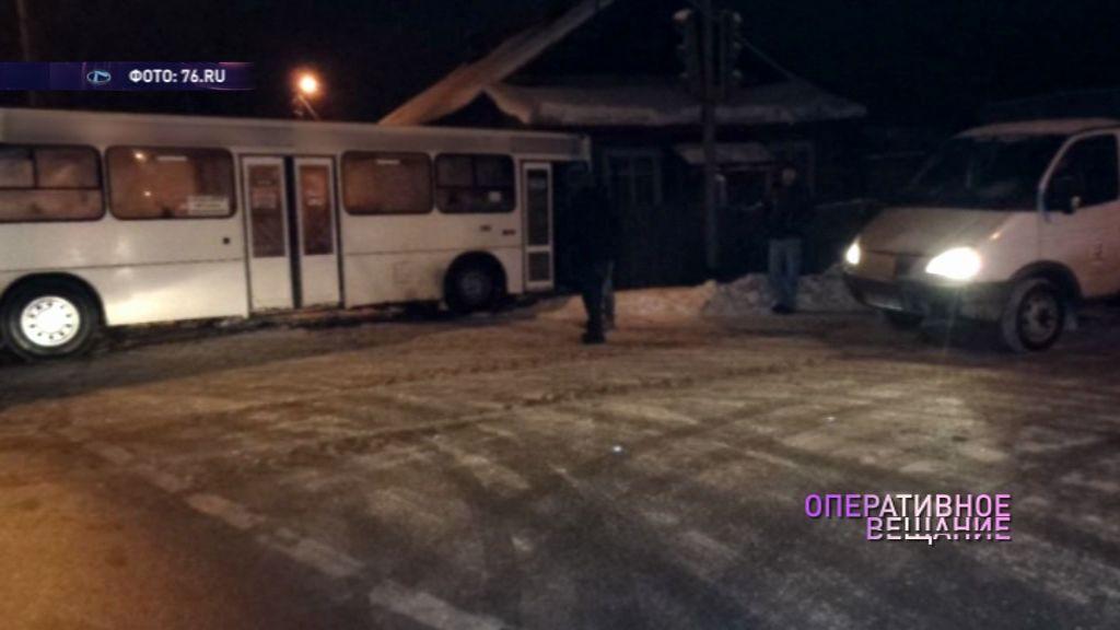 Водитель пассажирский автобус врезался в дом, чтобы не сбить собаку