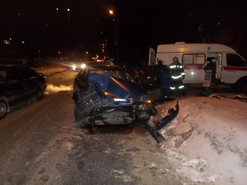 Несколько человек пострадали в ДТП в Рыбинске между BMW и Chevrolet
