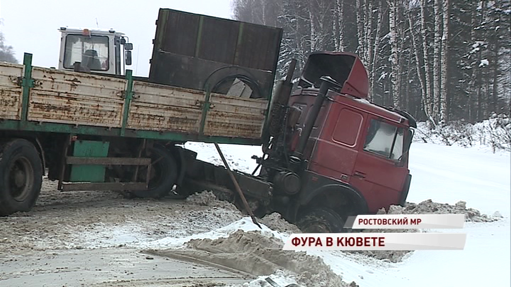 На трассе М-8 фура слетела с дороги: частично перекрыто движение на трассе
