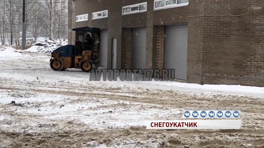 ВИДЕО: Мужчина на катке вместо асфальта уложил снег