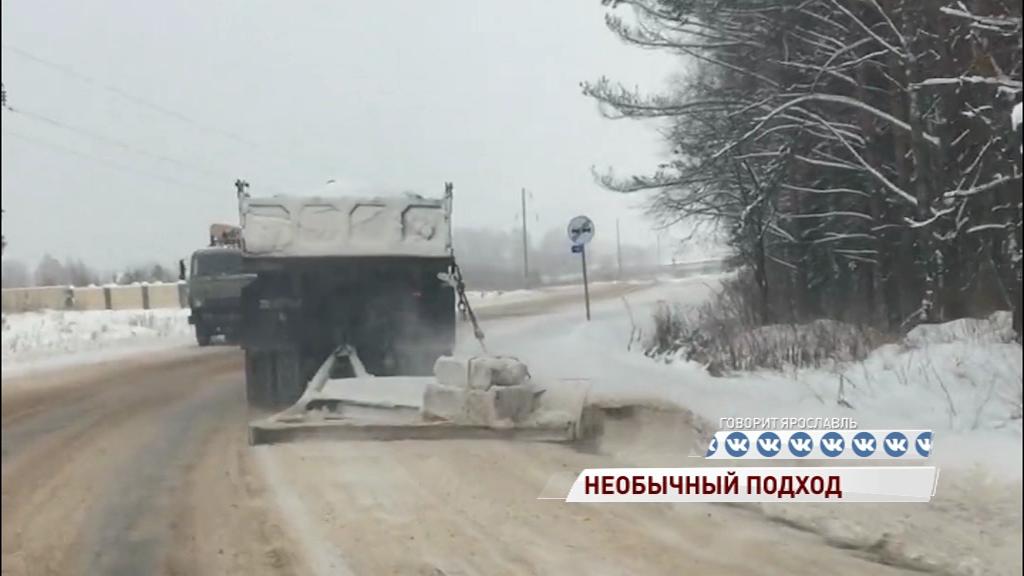 ВИДЕО: Житель области решил помочь коммунальщикам и почистил дорогу от снега