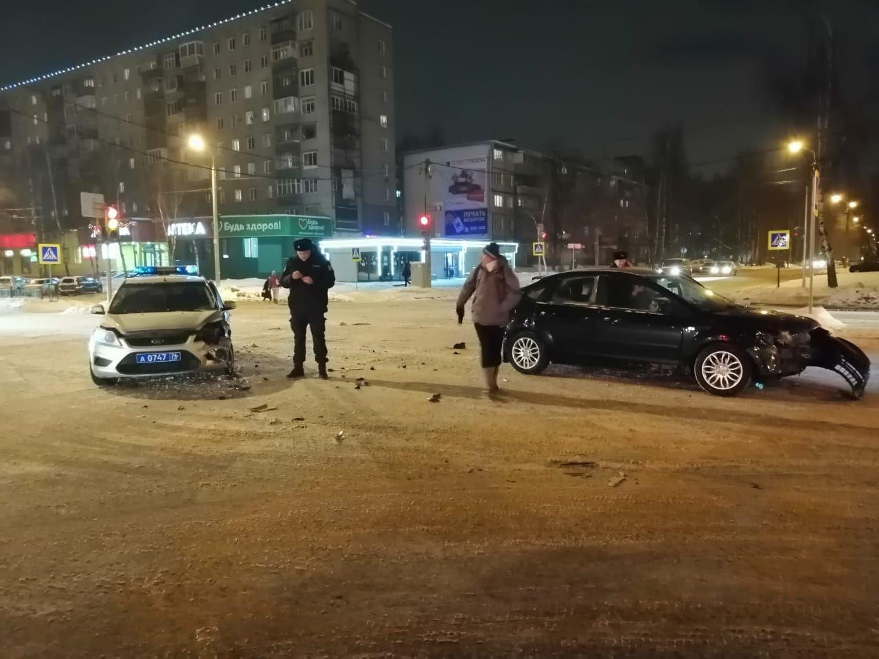 В Ярославле иномарка столкнулась с машиной полиции