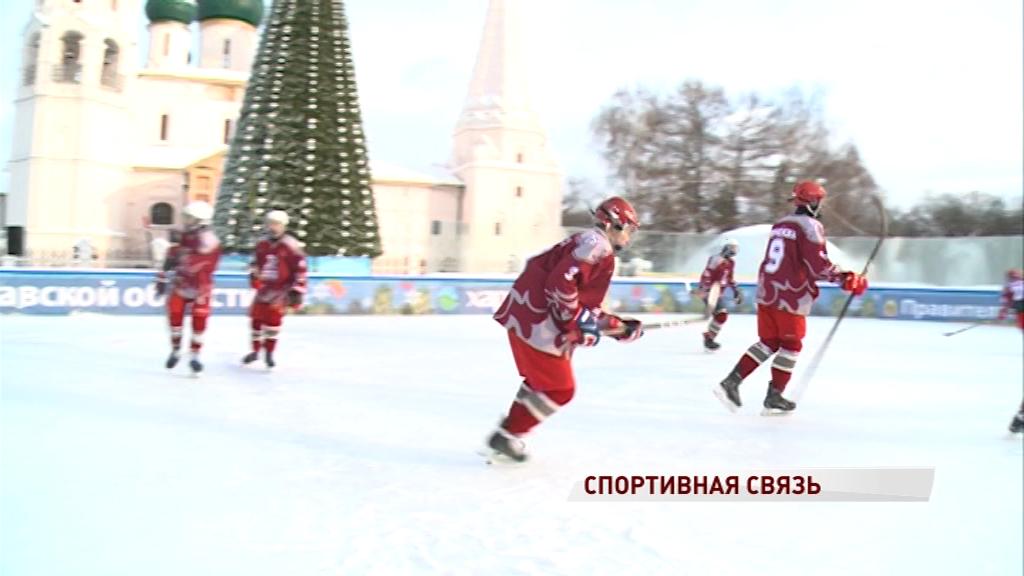 На Советской площади прошел товарищеский хоккейный матч с москвичами