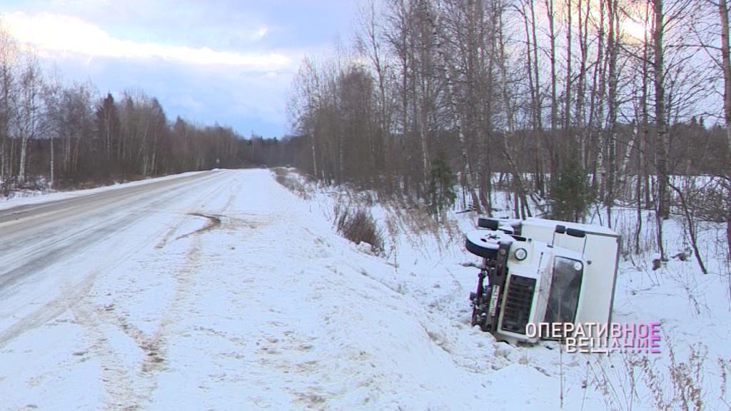 На трассе Ярославль-Углич у деревни Ильицино грузовик вылетел в кювет