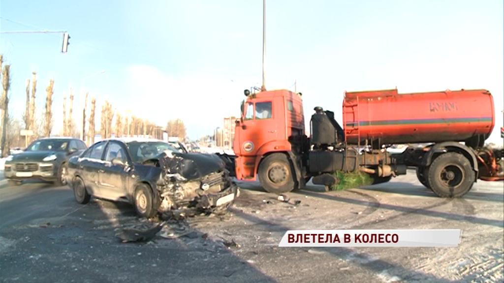 На въезде в Ярославль легковушка врезалась в заднее колесо грузовика