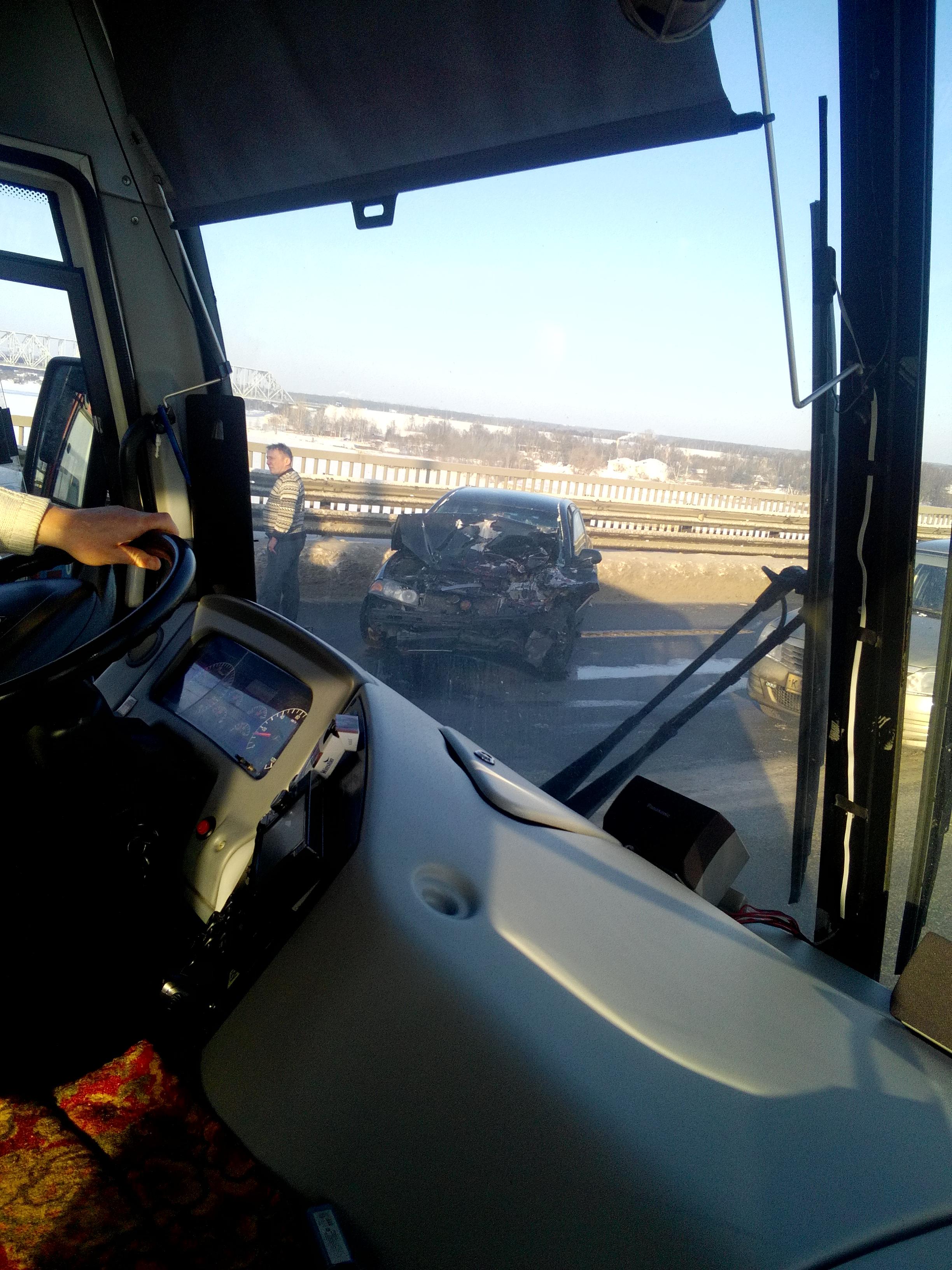 Едем уже час: лобовое столкновение парализовало движение на Октябрьском мосту