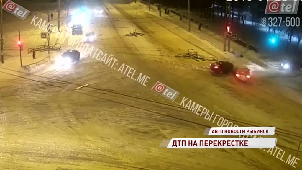 На перекрестке в Рыбинске не смогли разъехаться две легковушки