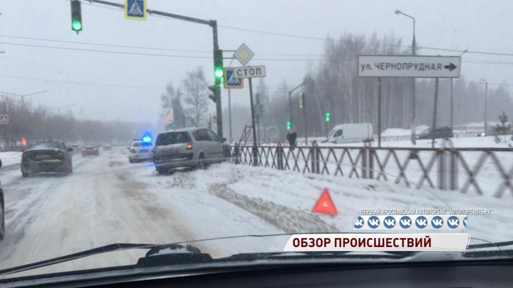 На проспекте Фрунзе иномарка влетела в светофор