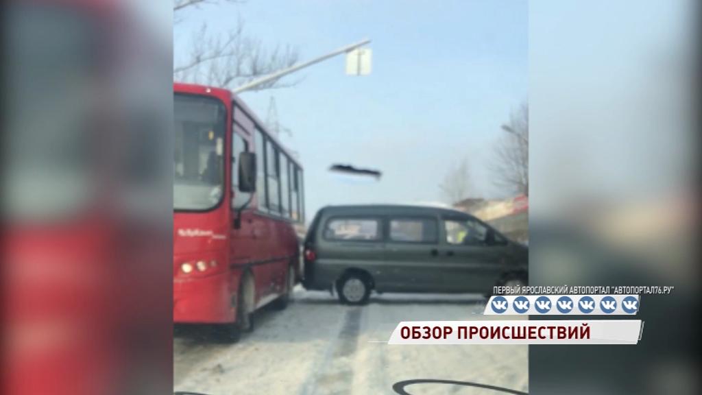 ДТП с маршруткой и минивэном собрало большую пробку на Магистральной