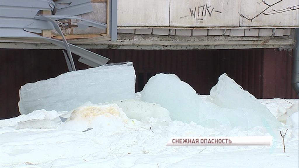 Берегите головы: МЧС предупредил о падении снега с крыш