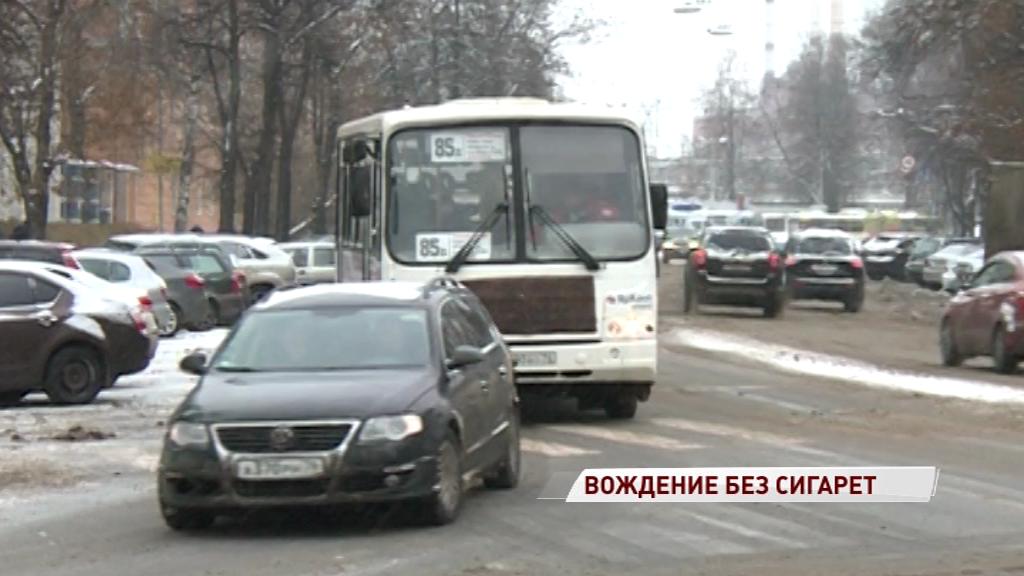 В Госдуме предлагают запретить курение за рулем