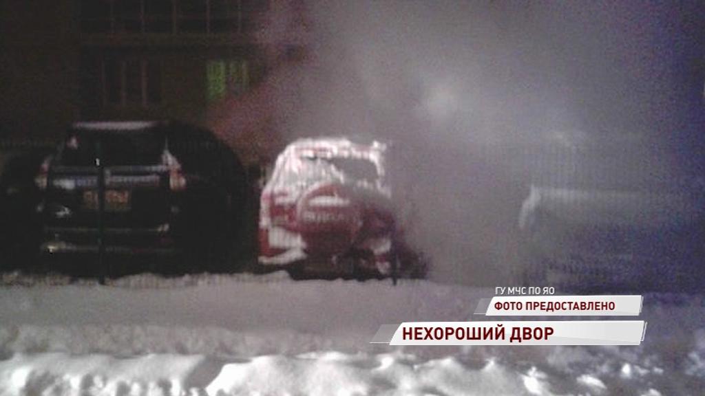В Рыбинске вновь горят машины: на этот раз вспыхнули два внедорожника