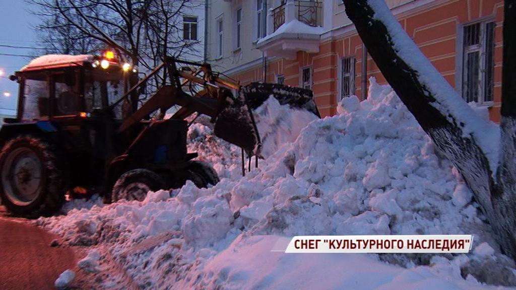 В центре Ярославля трактор свалил грязную снежную кучу прямо на улицу
