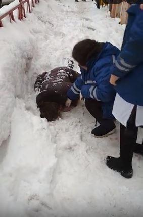 ВИДЕО: Огромная глыба снега рухнула на женщину в центре Ярославля