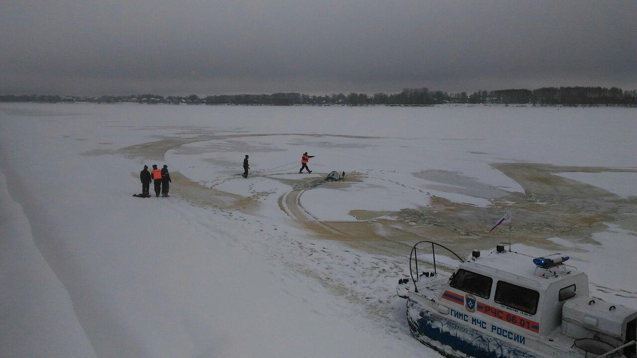 Ярославцы катались на снегоходе по Стрелке и провалились в промоину