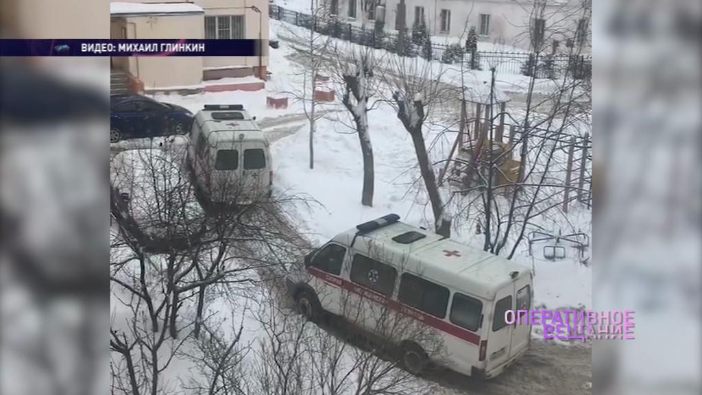 В ярославском дворе застряли две кареты скорой помощи