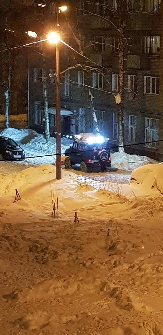 Ярославец устал ждать коммунальщиков и с помощью УАЗика сам чистит двор