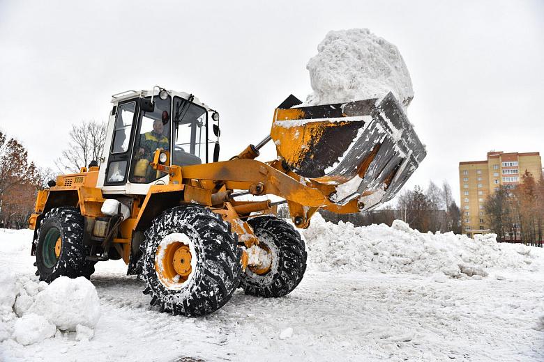 Снег в парк «Рабочий сад» свозят для огромной горки к Масленице