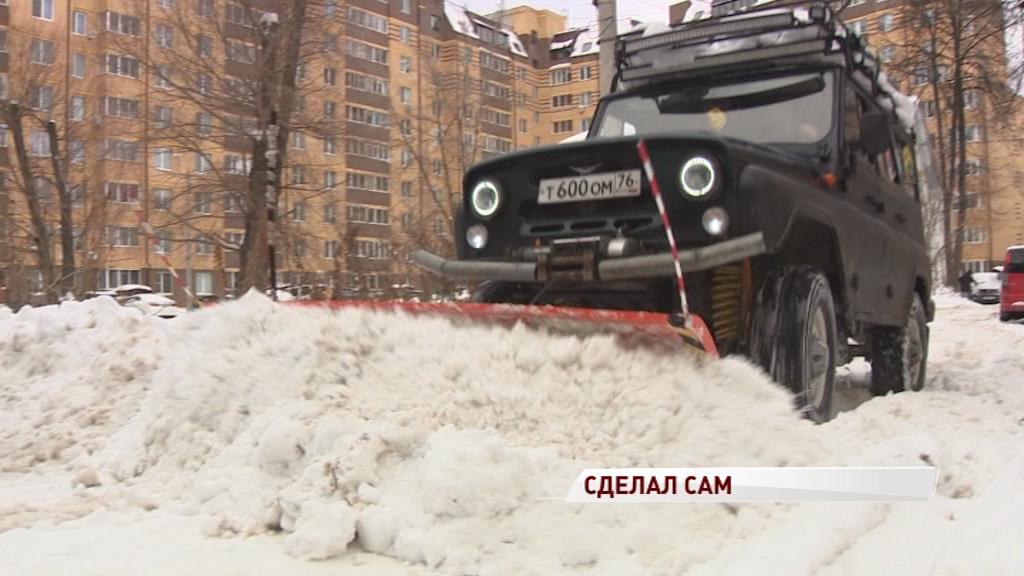 Ярославец не дождался коммунальщиков и сам начал чистить снег на своем «УАЗе»