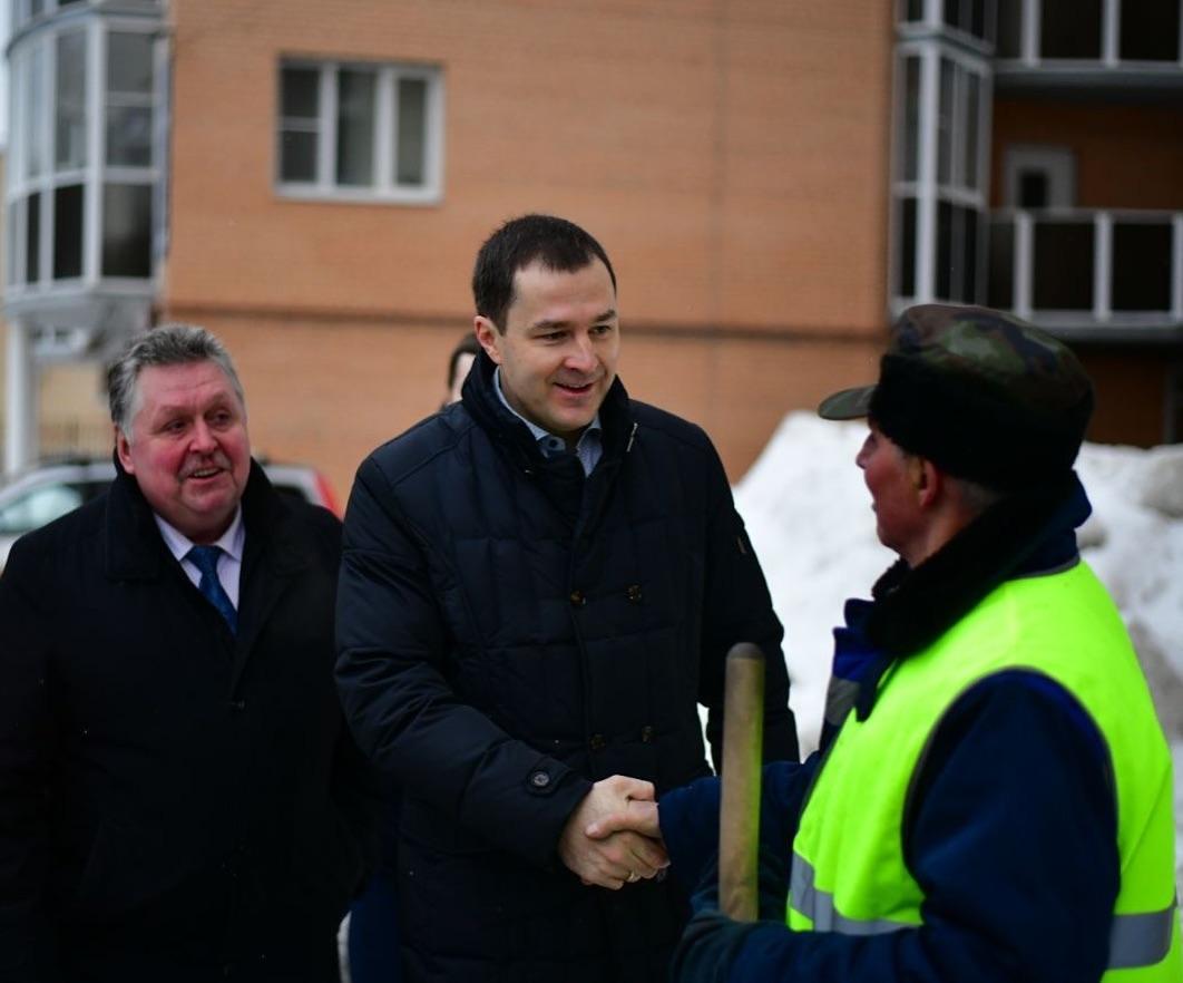 Владимир Волков нашел идеально чистый двор и пожал руку дворнику