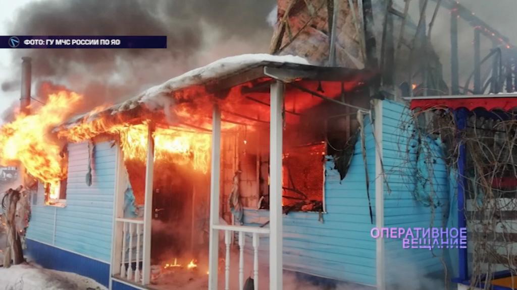 В Ярославском районе сгорели дом и гараж
